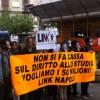 Napoli, la Rete della Conoscenza inscena rapine delle borse di studio: la protesta contro la gestione del Diritto allo Studio della giunta Caldoro per