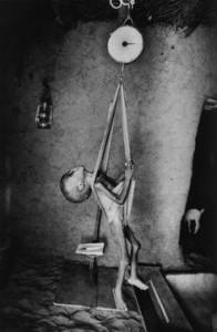 """Mali, 1985. """"I bambini sono pesati e misurati per dosare razioni""""."""
