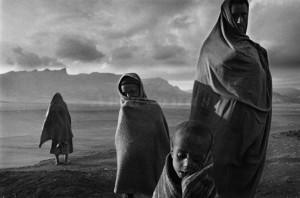 Etiopia, 1984. Campo di Korem. Profughi in attesa si riparano dal vento