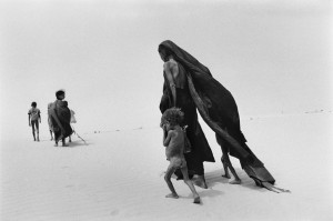 Mali, 1985. Nomadi in cammino sul lago prosciugato di Faguibin