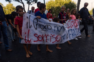 Bambini alla testa del corteo su via Santa Lucia - © 2015 - Stefano Santos